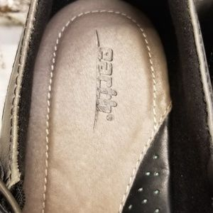 Earth Shoes - Earth Size 11 Leather Black & Gray Strap Pumps
